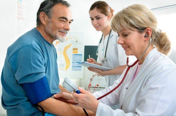Como deve ser o seguimento dos pacientes hipertensos pela equipe de Saúde da Família?